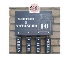 Gepersonaliseerd naambord met huisnummer
