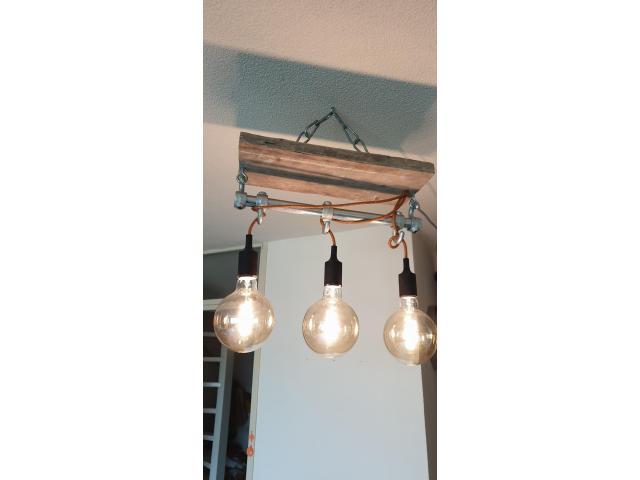 Industriele lamp van steigerhout met steigerbuis