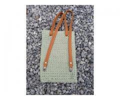 Een stevig gehaakte tas met leren hengsels!