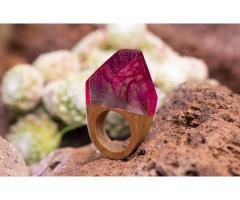 Statement ring, hout met roze vlam