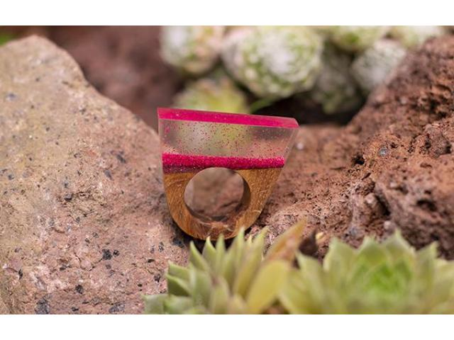 Statement ring, hout met roze glitters