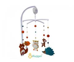 Schattige handgemaakte mobielen van vilt voor de babykamer